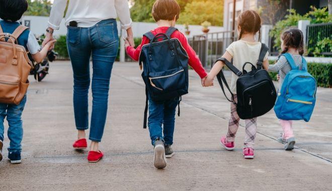Παιδιά με σχολικές τσάντες