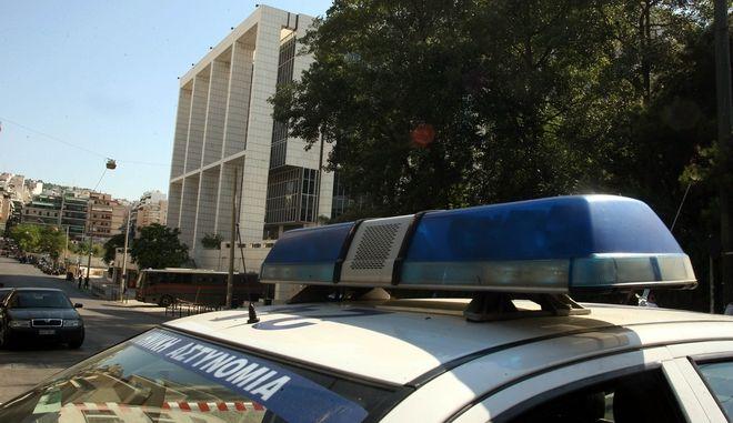 Τηλεφώνημα για τοποθέτηση βόμβας στο Εφετείο Αθηνών, στην οδό Λουκάρεως,έγινε στον τηλεοπτικό σταθμό Alter και στην εφημερίδα Ελευθεροτυπία νωρίς το πρωί.Εκκένωση του κτηρίου από την Ασυνομία,Παρασκευή 8 Ιουλίου 2011 (EUROKINISSI/ΤΑΤΙΑΝΑ ΜΠΟΛΑΡΗ)