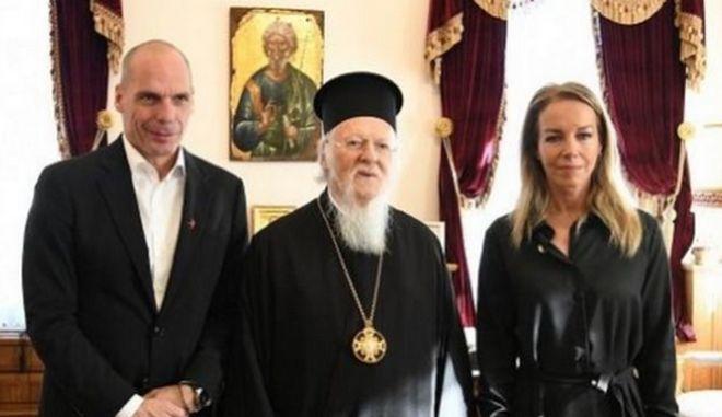 Ο Γιάνης Βαρουφάκης και η Δανάη Στράτου με τον Οικουμενικό Πατριάρχη Βαρθολομαίο.