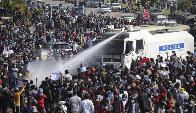 Η χούντα στη Μιανμάρ διαλύει συγκέντρωση διαδηλωτών