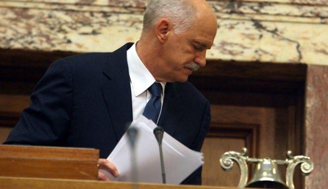 Ο Πρωθυπουργός Γιώργος Παπανδρέου απευθύνει ομιλία στην συνεδρίαση της Κοινοβουλευτικής Ομάδας του ΠΑΣΟΚ, Δευτέρα 31 Οκτωβρίου 2011, με θέμα την συμφωνία της Βρυξελλών. (EUROKINISSI // ΤΑΤΙΑΝΑ ΜΠΟΛΑΡΗ)
