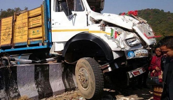 Ινδία: 17 νεκροί, δεκάδες τραυματίες από ανατροπή φορτηγού