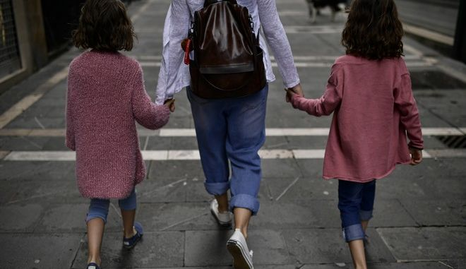 Οικογενειακή βόλτα στην Παμπλόνα της Ισπανίας σε καιρό κορονοϊού
