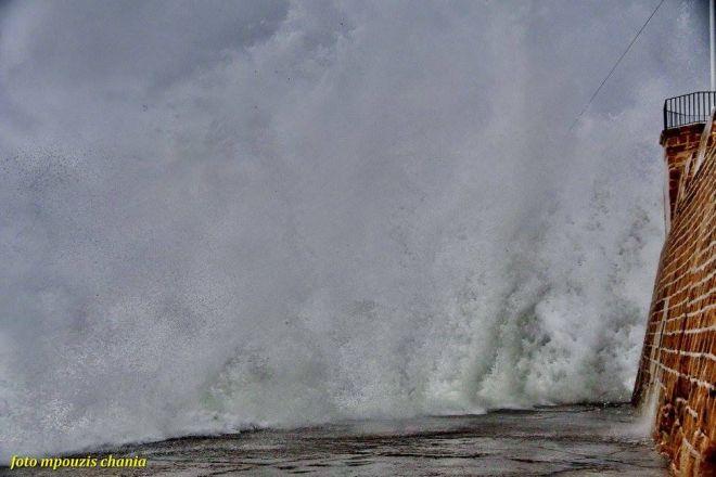 Η δύναμη της φύσης: Κύματα σκεπάζουν το λιμάνι των Χανίων