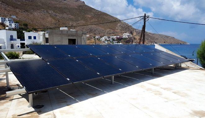 Ο πρώτος ηλιακός σταθμός φόρτισης ηλεκτρικών οχημάτων σε ελληνικό νησί