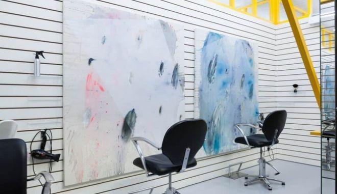 Σε σαλόνι κομμωτικής στο Λονδίνο οι πελάτες δεν έχουν απέναντί τους καθρέφτες αλλά έργα τέχνης