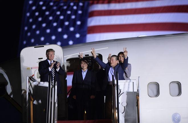 Κατά την υποδοχή των τριών Αμερικανών που απελευθέρωσε η Βόρεια Κορεά