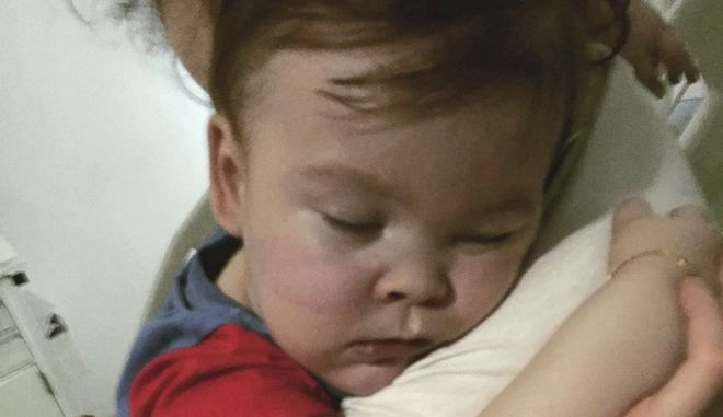 Ο μικρός Άλφι με τη μητέρα του λίγες μέρες πριν αφήσει την τελευταία του πνοή σε νοσοκομείο στη Λίβερπουλ