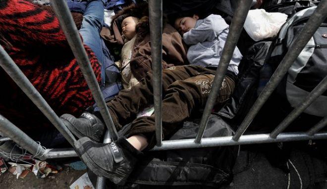 Πρόσφυγες στα σύνορα Ελλάδας - ΠΓΔΜ, με την ελπίδα να καταφέρουν να περάσουν στη γειτονική χώρα την Δευτέρα 7 Μαρτίου 2016. Μόλις 337 πρόσφυγες πέρασαν στην ΠΓΔΜ το τελευταίο 24ωρο, την ώρα που στον καταυλισμό της Ειδομένης υπολογίζεται ότι βρίσκονται στην αναμονή πάνω από 12.000 άτομα περιμένοντας τις αποφάσεις της Συνόδου Κορυφής της Ευρωπαϊκής Ένωσης. (EUROKINISSI/ΤΑΤΙΑΝΑ ΜΠΟΛΑΡΗ)