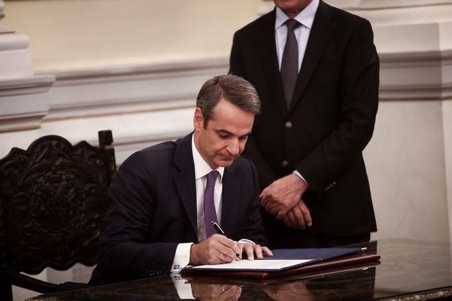 Ο Κυριάκος Μητσοτάκης υπογράφει το προεδρικό διάταγμα μετά την ορκωμοσία του