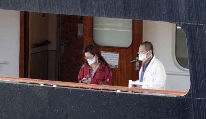 Κορονοϊός στην Ολλανδία. Δύο άνθρωποι με μάσκα στο κρουαζιερόπλοιο Zaandam
