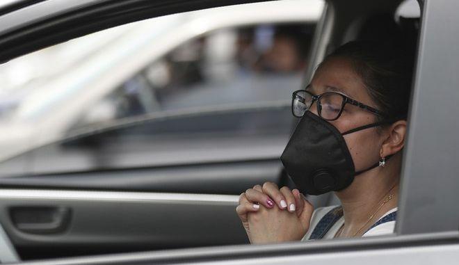 Γυναίκα με μάσκα στην Κολομβία