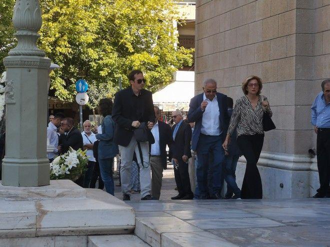Ο Αλέκος Φλαμπουράρης στην κηδεία του Αντώνη Λιβάνη
