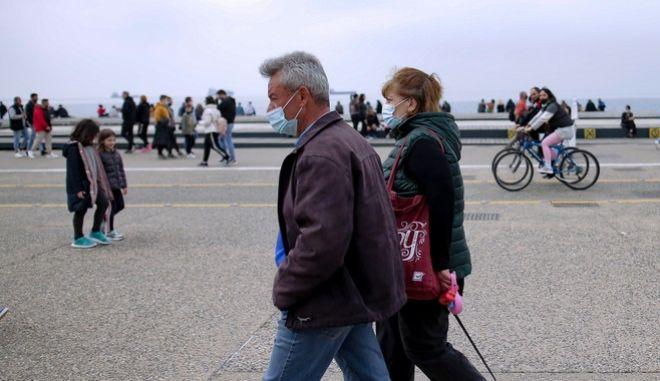 Πολίτες στην παραλία Θεσσαλονίκης, εν μέσω πανδημίας.