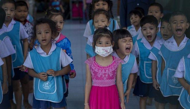 Παιδιά νηπιαγωγείου στην Κίνα. Ένα κορίτσι φοράει μάσκα για προστασία από τον νέο κοροναϊό