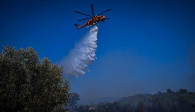 Ελικόπτερο πραγματοποιεί ρίψη νερού σε δασική πυρκαγιά, Αρχείο