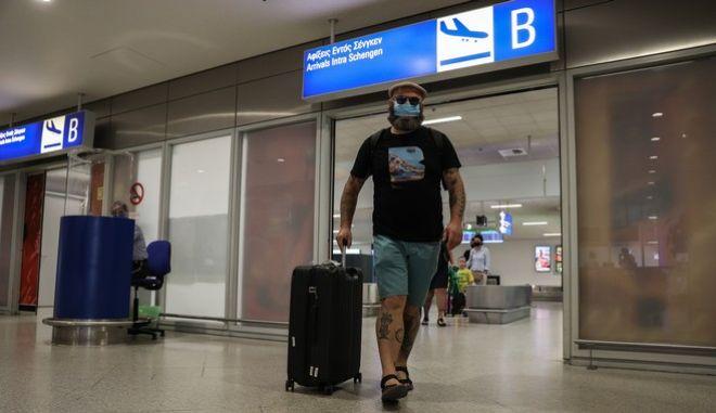 """Αφίξεις επιβατών στον διεθνή αερολιμένα Αθηνών """"Ελευθέριος Βενιζέλος"""""""
