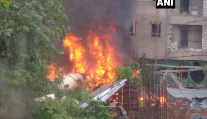 Ινδία: Κυβερνητικό αεροσκάφος συνετρίβη σε πυκνοκατοικημένο προάστιο της Βομβάης