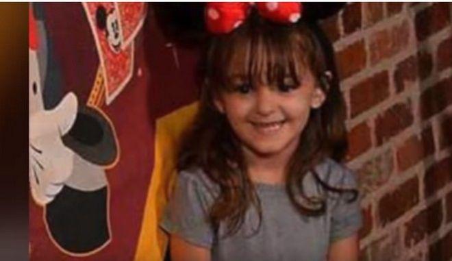Τετράχρονη αυτοπυροβολήθηκε ενώ έψαχνε γλυκά στην τσάντα της γιαγιάς της