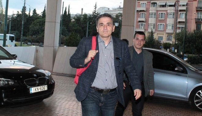Ο υπουργός Οικονομικών Ευκλείδης ΤΣακαλώτος κατα την είσοδο του σε κεντρικό ξενοδοχείο της ΑΘήνας για την συνάντηση με τους εκπροσώπους των δανειστών την Τετάρτη 16 Νοεμβρίου 2016. (EUROKINISSI/ΣΤΕΛΙΟΣ ΣΤΕΦΑΝΟΥ)