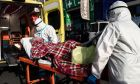 Μεταφορά ηλικιωμένου με ασθενοφόρο (Αρχείο)