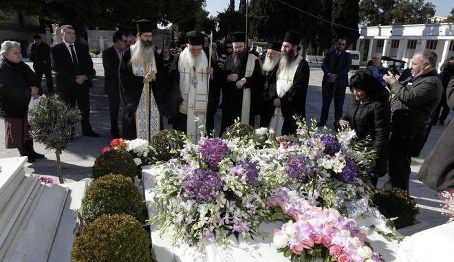 Ο Αρχιεπισκοπος Ιερωνυμος τελεσε σημερα τρισαγιο στον ταφο του Μακ Αρχιεπισκοπου Χριστοουλου επι τη συμπληρωσει 10 χρονια απο την εκδημια του  ΦΩΤΟ  //ΧΡΗΣΤΟΣ ΜΠΟΝΗΣ