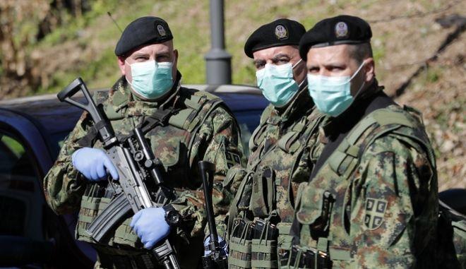 Σέρβοι στρατιώτες με μάσκες