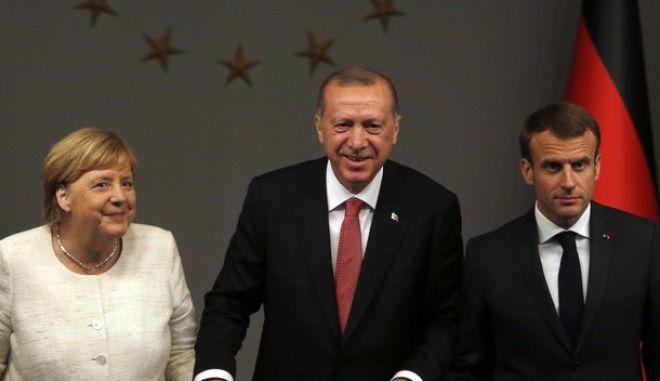 Από αριστερά η Άγγελα Μέρκελ, ο Ρετζέπ Ταγίπ Ερντογάν και ο Εμανουέλ Μακρόν σε συνάντησή τους στην Κωνσταντινούπολη τον Οκτώβριο του 2018