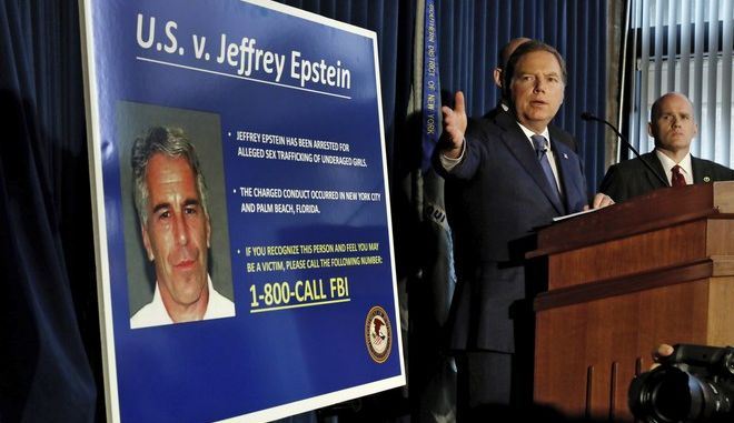 Εικόνα από την ανακοίνωση της δίωξης σε βάρος του Τζέφρι Επστάιν τον Ιούλιο του 2019