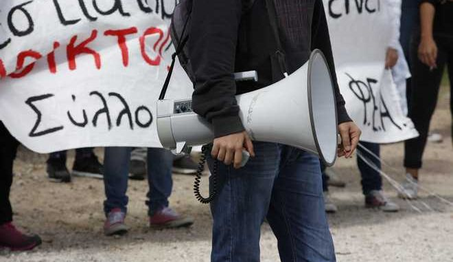 Διαμαρτυρία οικοτροφων των φοιτητικών εστιών Αθηνών, Χανίων, του Εθνικού Μετσόβιου Πολυτεχνείου και του ΤΕΙ Χαλκίδας, μπροστά από το Υπουργείο Παιδείας την Παρασκευή 2 Οκτωβρίου 2015.  (EUROKINISSI/ΣΤΕΛΙΟΣ ΜΙΣΙΝΑΣ)