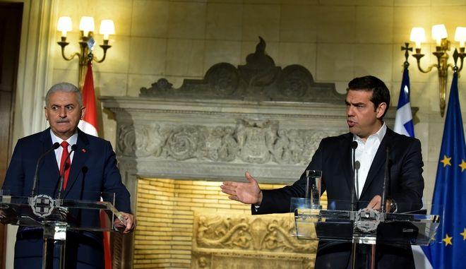 Συνάντηση του Πρωθυπουργού Αλέξη Τσίπρα με τον Τούρκο ομόλογο,Μπιναλί Γιλντιρίμ.Φωτογραφία από τις δηλώσεις των δυο πρωθυπουργών στο Μέγαρο Μαξίμου,μετά την ολοκλήρωση της επίσκεψης,Δευτέρα 19 ιουνίου 2017 (EUROKINISSI/ΤΑΤΙΑΝΑ ΜΠΟΛΑΡΗ)