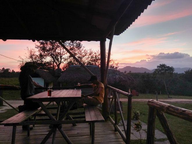 Ο Χοσέ και ο ξάδερφος του ξεκουράζονται με θέα το ηλιοβασίλεμα, στο μπαράκι δίπλα στη λίμνη με θέα την Κοιλάδα της Σιωπής