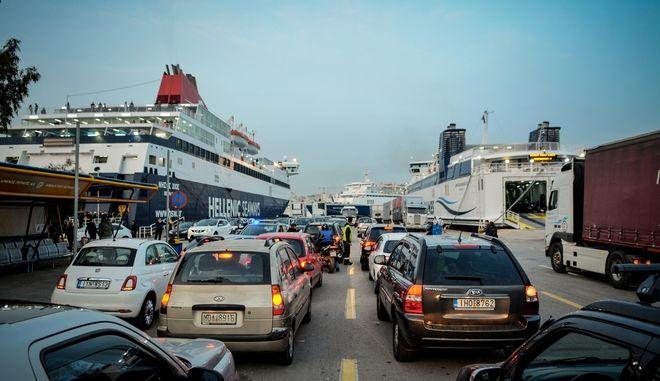 Αυξημένη η κίνηση στο λιμάνι του Πειραιά από νωρίς το πρωί,καθώς οι κάτοικοι της Αθήνας εγκαταλείπουν την πόλη για το Πάσχα, Μ.Πέμπτη 25 Απριλίου 2019
