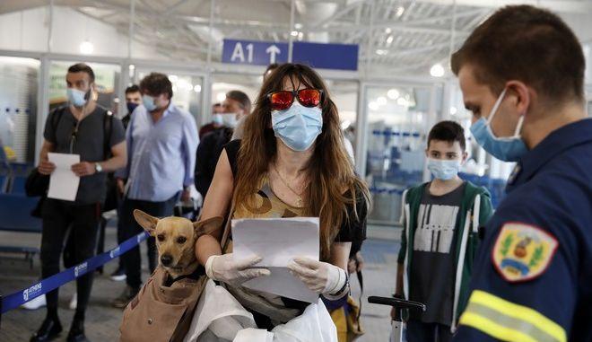 Ταξιδιώτες φτάνουν στο αεροδρόμιο Ελ. Βενιζέλος.