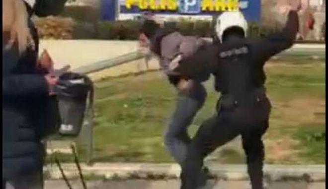 Επεισόδια μεταξύ της αστυνομίας και πολιτών πρίν από λίγο στην Πλατεία της Ν.Σμύρνης, όταν πολίτες διαμαρτυρήθηκαν για την επιβολή προστίμου μετακίνησης σε οικογένεια που καθόταν στην πλατεία, Κυριακή 7 Μαρτίου 2021 (EUROKINISSI)