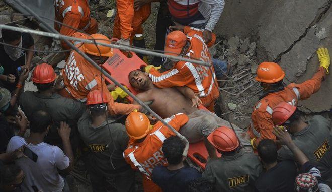 Διάσωση ενός άνδρα από κατάρρευση κτιρίου στην Ινδία