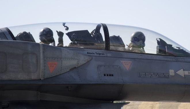 Ο Αλέξης Τσίπρας μέσα στο κόκπιτ του F-16 tsipras pilotos 8