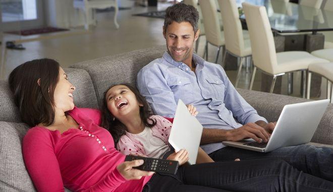 Οικογένεια στον καναπέ