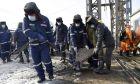 Διασώστες στο ορυχείο χρυσού Hushan στην επαρχία στην επαρχία Shandong της Κίνας, όπου έχουν εγκλωβιστεί 22 εργάτες