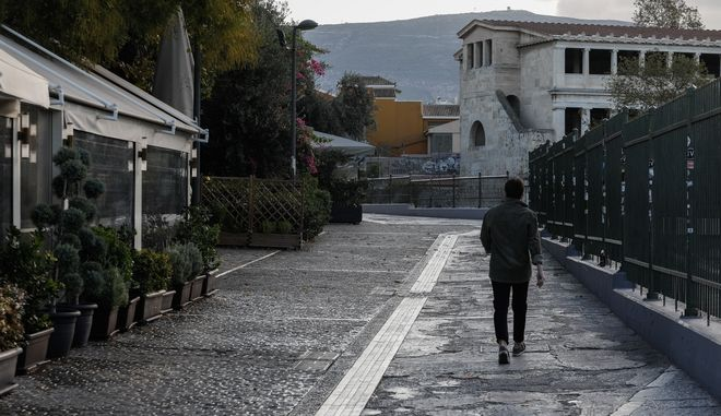 Στιγμιότυπο από το Μοναστηράκι στην Αθήνα καθώς η πόλη μπήκε επισήμως σε καθεστώς καθολικού lockdown