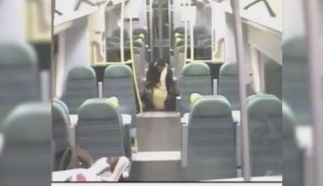 Βίντεο: Τον ξύπνησε σε λάθος στάση και τον χτύπησε ανελέητα