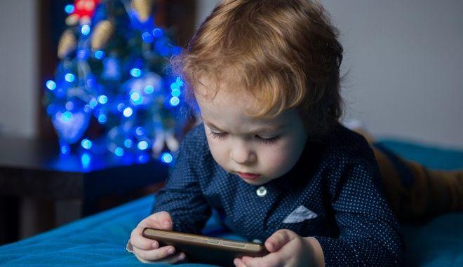 Τα παιδιά που παίζουν από νωρίς με το κινητό των γονιών τους αργούν να μιλήσουν