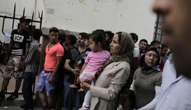 Μετανάστες σε κέντρο υποδοχής στη Κω