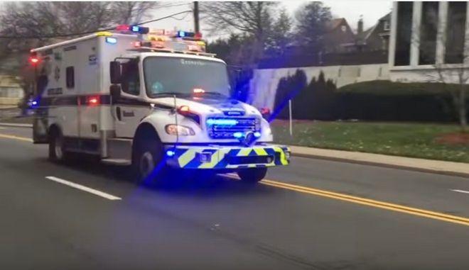 Βίντεο: Ασθενοφόρο χρησιμοποιεί για σειρήνα το 'Final Countdown'
