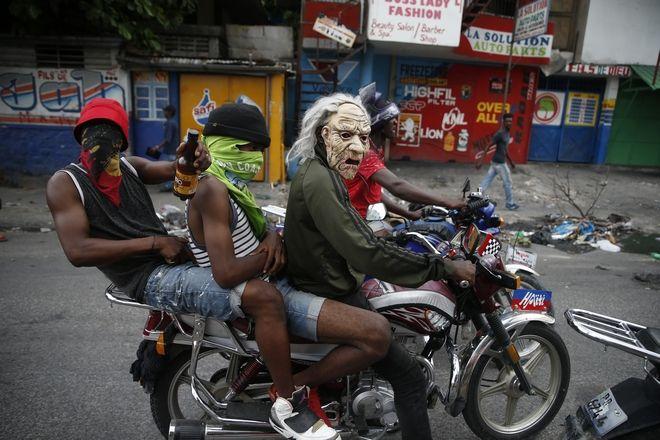 Μασκοφορεμένοι διαδηλωτές στην Αϊτή