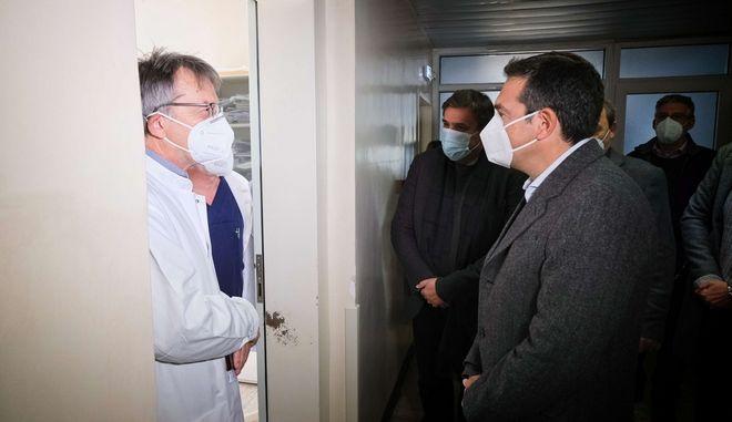 O Αλέξης Τσίπρας στο νοσοκομείο της Δράμας.