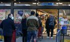Καταναλωτές σε σούπερ μάρκετ - Φωτογραφία αρχείου