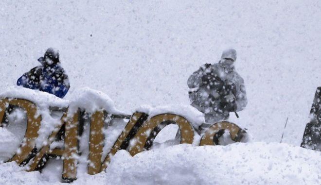 'Βυθίστηκε' στο χιόνι το Νταβός: Σε 'λευκό κλοιό' το Παγκόσμιο Οικονομικό Φόρουμ