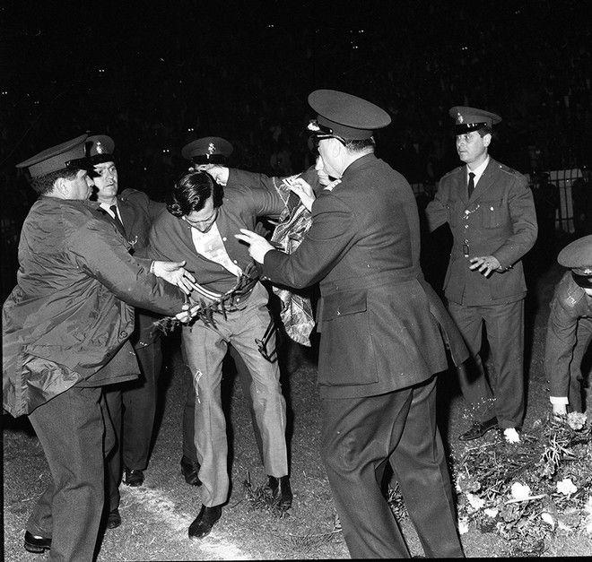 Αστυνομικοί εμποδίζουν βίαια τον road manager των Rolling Stones, Τομ Κίλοκ την ώρα που μετέφερε την ανθοδέσμη