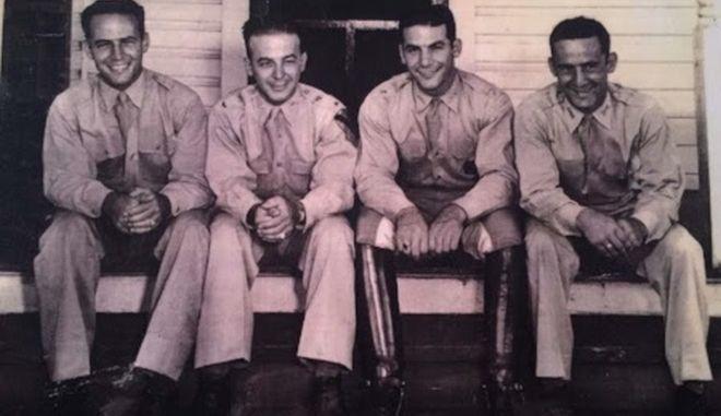 Ο στρατηγός Mike Cokinos (δεύτερος από αριστερά στη φωτογραφία)